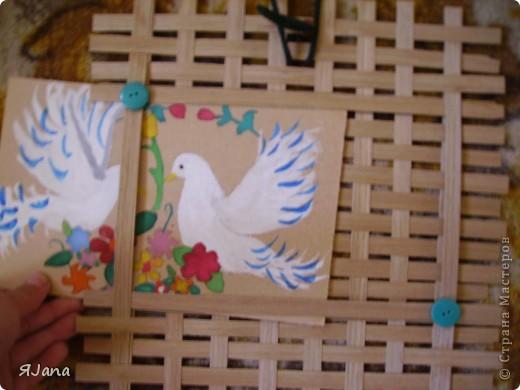 Привет всем мастерицам! Сегодня покажу вам этих птичек в рамочке. Я подарила их моим родителям на День семьи. Им очень понравилось птичек получать, а мне рисовать и плести рамочку. фото 4