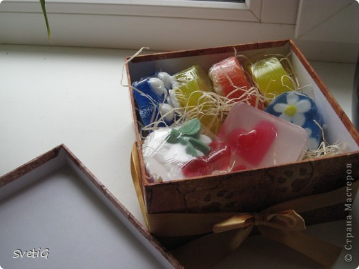 Вот такой получился подарочек!приглашали на свдьбу,а придти не смогла)передала подарок в том числе и эту коробочку)все мылки надежно упаковала,подписала и попыталась более менее аккуратно оформить внутри) фото 3