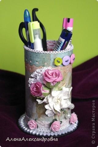 Эта карандашница сделана из бобины от лент, которую мне любезно дали в цветочном магазине. А МК в блоге замечательной девушки Дины  http://paper-fairytale.blogspot.com/2011/07/blog-post_30.html фото 1
