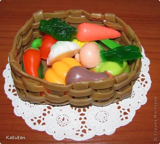 Корзнка с овощами. Овощи я уже выкладывала ранее. Все не могла подобрать к ним корзиночку. Муж сказал: че ты паришься? сплети из мыла! Так вот и сделала - корзиночка полностью мыльная фото 1