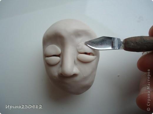 Продолжение мастер-класса:  Нащупываем глаза и инструментом раздвигаем пластику фото 11