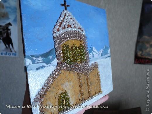 Грузинская церковь очень отличается от привычных русским и украинцам. Она не блещет золотыми куполами, чаще всего размещается среди гор. Ее внешнее убранство скромнее. И это вызывает уважение. Конечно, архитектура главных церковных зданий не уступает в красоте и величии нам знакомым, но эта красота другая. И это здорово. Ведь познавать новое так интересно! фото 2