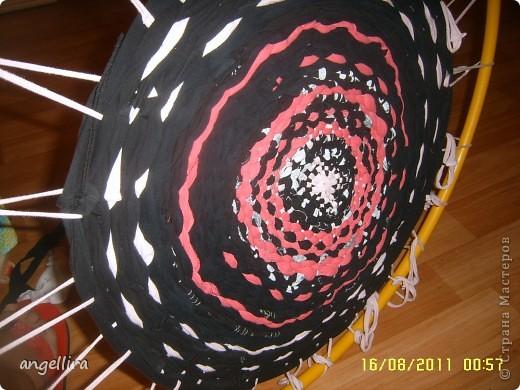 Решила я тут любимому мужу сделать коврик на дачу. Нашла ссылку в интернете http://12m2.ru/shtuchki-dlya-interera/delaem-kovrik-s-pomoshhyu-obrucha фото 1