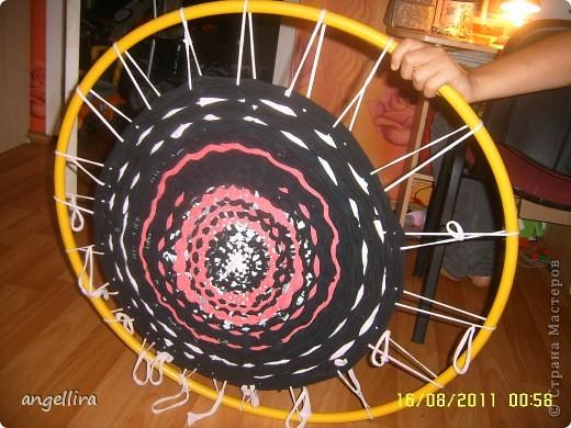 Решила я тут любимому мужу сделать коврик на дачу. Нашла ссылку в интернете http://12m2.ru/shtuchki-dlya-interera/delaem-kovrik-s-pomoshhyu-obrucha фото 2