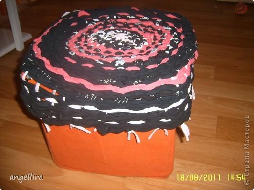 Решила я тут любимому мужу сделать коврик на дачу. Нашла ссылку в интернете http://12m2.ru/shtuchki-dlya-interera/delaem-kovrik-s-pomoshhyu-obrucha фото 4