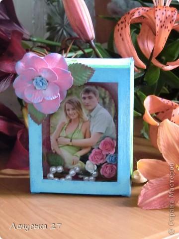 Сестра мужа прислала приглашение на свадьбу... Свадьба давно отгремела, а приглашение выбросить - рука не поднялась. Тогда я взяла ножницы, вырезала фотографию и сделала вот такую рамку. Спасибо Корсановой Ольге и ее МК http://stranamasterov.ru/node/59603?c=favorite.