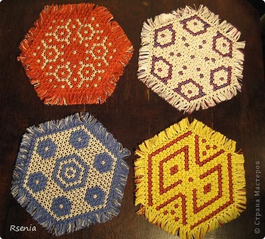 Такие салфетки получаются из натянутых на специальную рамку ниток. Даже не знаю как точнее определить технику: плетение или вязание.... фото 1