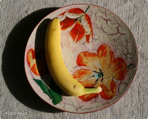 Была у меня большущая дереванная тарелка из Икеи. Раньше в ней был декоративный песок и ракушки. Но сейчас с моими сорванцами хранить тарелку с песком просто неразумно) Вот и валялась эта тарелка без дела. Но я ей дело нашла)) Стала она вот таким блюдом для фруктов. Понимаю, что надо было бы и рисунок с фруктами, но подходящей салфеточки не нашлось, а тюльпаны хорошо вписались. Правда, я их подрисовала масляными красками, чтоб поярче были.  фото 2