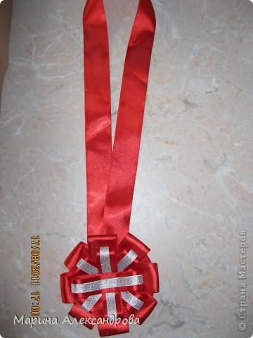 20 августа моя тетя отмечает юбилей, 50 лет...подготовила сценарий для проведения праздника и вот решилась смастерить медаль из атласных лент, сделала МК, возможно кому пригодится... фото 4