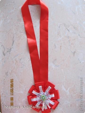 20 августа моя тетя отмечает юбилей, 50 лет...подготовила сценарий для проведения праздника и вот решилась смастерить медаль из атласных лент, сделала МК, возможно кому пригодится... фото 3