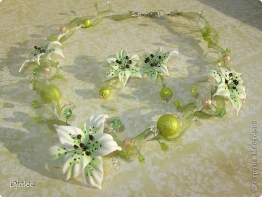 Колье для необычной невесты с лилиями и зеленой лентой фото 1