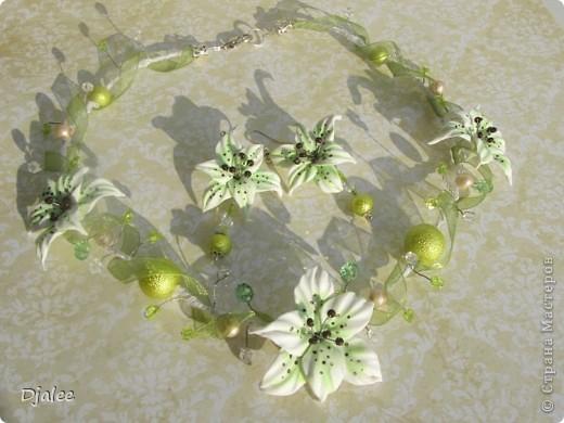 Колье для необычной невесты с лилиями и зеленой лентой фото 2