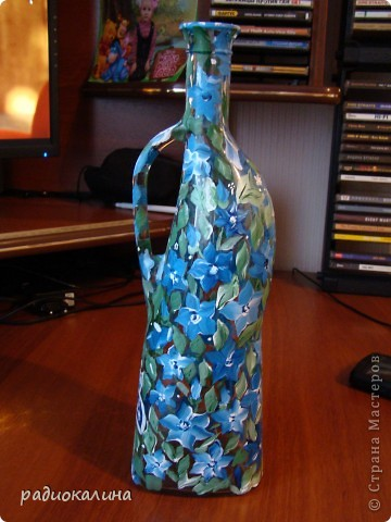Вот такой графин был у меня декорирован из бутылки, а потом подарен и только теперь случайно нашла фото. Пробовала технику двойного мазка, но получилось что-то свое.