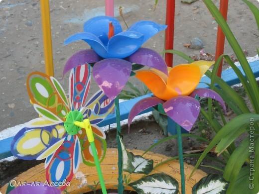 Цветочки сделаны из пластиковых шариков, которыми заполняют детские бассейны в игровых комнатах. фото 2