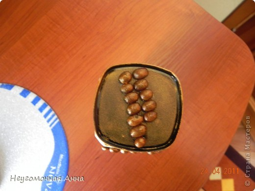 Баночка под кофе. Обратный декупаж. Окошечко украсила зёрнами кофе, крышку покрасила золотой краской. Кракелюр. Лицевая сторона. фото 5