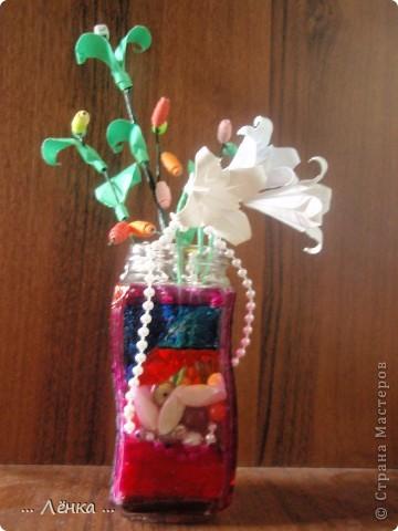 """Вот такая вазочка у меня получилась! Баночку раскрасила витражными красками. Сделала из бумаги лилии и веточку с листиками и """"бусинами"""" из бумаги. В баночку накидала всякие ненужные мелочи (бусинки, бисер, скрепочки и другое) получилась такая яркая композиция)) фото 1"""