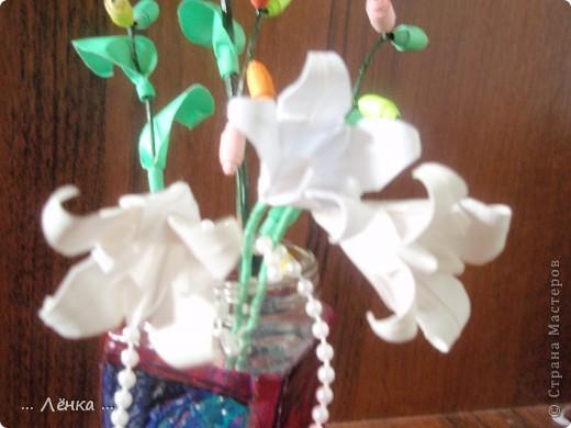 """Вот такая вазочка у меня получилась! Баночку раскрасила витражными красками. Сделала из бумаги лилии и веточку с листиками и """"бусинами"""" из бумаги. В баночку накидала всякие ненужные мелочи (бусинки, бисер, скрепочки и другое) получилась такая яркая композиция)) фото 3"""