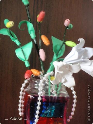 """Вот такая вазочка у меня получилась! Баночку раскрасила витражными красками. Сделала из бумаги лилии и веточку с листиками и """"бусинами"""" из бумаги. В баночку накидала всякие ненужные мелочи (бусинки, бисер, скрепочки и другое) получилась такая яркая композиция)) фото 5"""