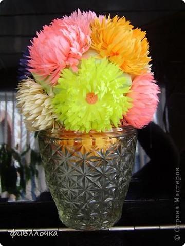 Вот такой у меня получился Микс-букет. Сделала Баккишар по МК Хельги Потаки. В описании было написано, что его можно использовать как основу для цветочной кусудамы... Какие я только цветы к ниму не прилаживала, ну все не то... А тут увидела работы по квиллингу и сделала один цветочек на пробу. Приложила к кусудаме и поняла - это то, что мне нужно!!! фото 1