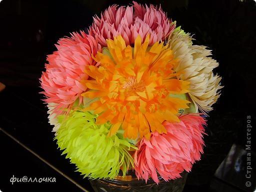 Вот такой у меня получился Микс-букет. Сделала Баккишар по МК Хельги Потаки. В описании было написано, что его можно использовать как основу для цветочной кусудамы... Какие я только цветы к ниму не прилаживала, ну все не то... А тут увидела работы по квиллингу и сделала один цветочек на пробу. Приложила к кусудаме и поняла - это то, что мне нужно!!! фото 4