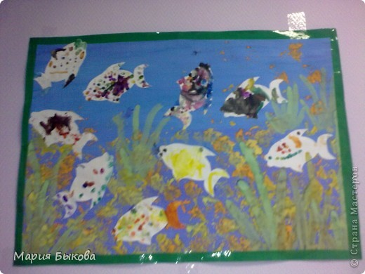 Детям раздаются рыбки. Их дети разрисовывают пальчиками. Как только один из детей закончил работу, он подходит к столу, где лежит аквариум и с помощью бумажного штампа делает камушки и с помощью пальчиков - водоросли (и так поочереди).После того, как рыбки высохнут, воспитатель вместе с детьми приклеивает рыбок.