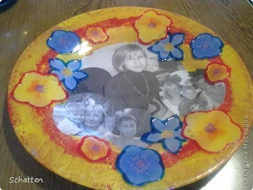 """Моя подруга-коллега собирает разные тарелки. Пришлось сделать ей этот """"страх"""". Мне результат не понравился, а она была в восторге. Прозрачной тарелки было не найти - только с цветами. Я их потом обвела объемными красками. фото 1"""