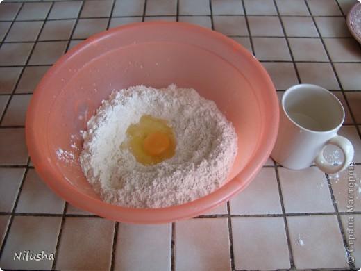 1 кг муки,1 яйцо,1 ст воды и чуточку масла чтобы тесто к рукам не прилипало.Месим крутое тесто и оставляем на пол часа чтобы отдохнуло.  фото 1