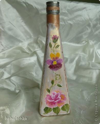 Роза с виолой.Эту 4-х гранную бутылку можно использовать в  качестве вазочки для одного цветка. фото 2