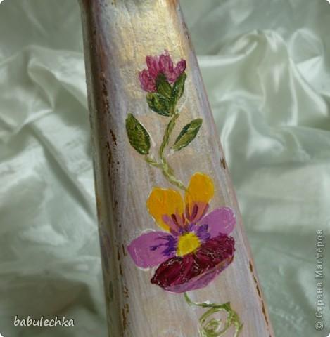 Роза с виолой.Эту 4-х гранную бутылку можно использовать в  качестве вазочки для одного цветка. фото 3