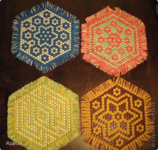 Такие салфетки получаются из натянутых на специальную рамку ниток. Даже не знаю как точнее определить технику: плетение или вязание.... фото 2