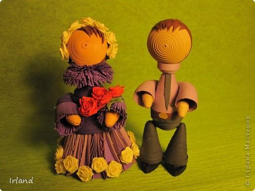 Нашла видео на YouTube. http://www.youtube.com/watch?v=rVHliCm6ER4&feature=related Свадебная церемония. И мне настолько понравились эти куколки, что я решила наделать таких красавиц. Получилось конечно не так как хотелось, но что вышло.  Все из 3мм полос. Нижний подол - конус из бумаги. Бахрома 1 см полоса.  Высота изделия 8 см, диаметр подола 4.5 см. фото 10