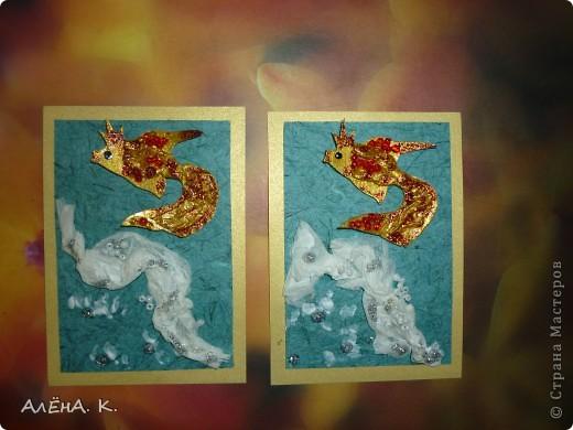 """Моя новая серия АТС и снова почти вся предназначена для раздачи долгов. Здесь я немножко усложнила технику, примененную в """"Рептилиях"""": чешуйки у рыбок сделаны с помощью перекрученных жгутиков из папиросной бумаги. Рыбки раскрашены акрилом, цвет """"Золото майя"""" (название понравилось))) Использована бумага ручной работы (оттенок морской воды и вдохновил на морскую тему))). Изо всех сил старалась изобразить пену морскую) Кредиторам отправлю приглашения. Очень хочу, чтобы первой выбрала себе рыбку natabel, так как в прошлый раз ей совсем не осталось выбора. Если не нравится, напишите, будем решать проблему. фото 2"""