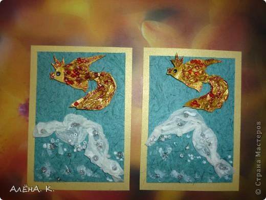 """Моя новая серия АТС и снова почти вся предназначена для раздачи долгов. Здесь я немножко усложнила технику, примененную в """"Рептилиях"""": чешуйки у рыбок сделаны с помощью перекрученных жгутиков из папиросной бумаги. Рыбки раскрашены акрилом, цвет """"Золото майя"""" (название понравилось))) Использована бумага ручной работы (оттенок морской воды и вдохновил на морскую тему))). Изо всех сил старалась изобразить пену морскую) Кредиторам отправлю приглашения. Очень хочу, чтобы первой выбрала себе рыбку natabel, так как в прошлый раз ей совсем не осталось выбора. Если не нравится, напишите, будем решать проблему. фото 4"""