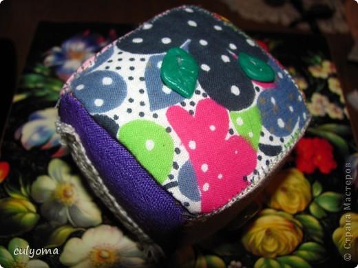 """Вот такой лоскутный мячик-кубик-погремушку из книги Галины Дайн """"Лоскутные мячики из Хотькова"""" я сшила буквально за 1 день. фото 5"""