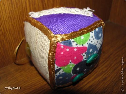 """Вот такой лоскутный мячик-кубик-погремушку из книги Галины Дайн """"Лоскутные мячики из Хотькова"""" я сшила буквально за 1 день. фото 1"""