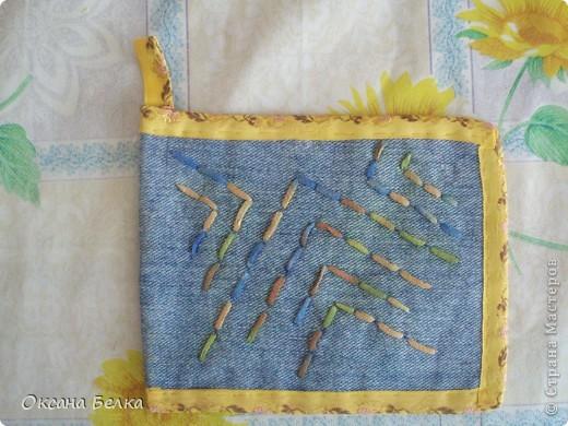 Вот такие прихваточки образовались из обрезанных старых джинсов.  фото 4