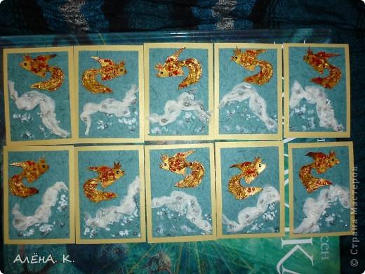 """Моя новая серия АТС и снова почти вся предназначена для раздачи долгов. Здесь я немножко усложнила технику, примененную в """"Рептилиях"""": чешуйки у рыбок сделаны с помощью перекрученных жгутиков из папиросной бумаги. Рыбки раскрашены акрилом, цвет """"Золото майя"""" (название понравилось))) Использована бумага ручной работы (оттенок морской воды и вдохновил на морскую тему))). Изо всех сил старалась изобразить пену морскую) Кредиторам отправлю приглашения. Очень хочу, чтобы первой выбрала себе рыбку natabel, так как в прошлый раз ей совсем не осталось выбора. Если не нравится, напишите, будем решать проблему. фото 1"""