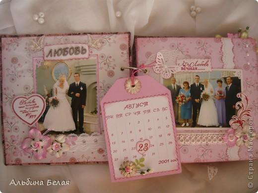 Вот такой подарок сделала на годовщину свадьбы знакомой. Альбом на 5 разворотов, размер 21х21 см. Обложка мягкая, из ткани. фото 3