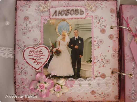 Вот такой подарок сделала на годовщину свадьбы знакомой. Альбом на 5 разворотов, размер 21х21 см. Обложка мягкая, из ткани. фото 4