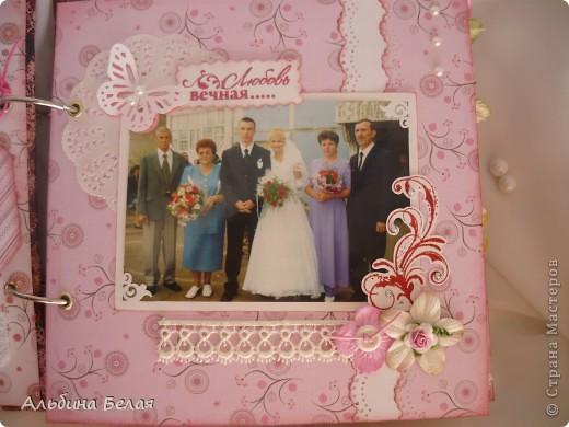 Вот такой подарок сделала на годовщину свадьбы знакомой. Альбом на 5 разворотов, размер 21х21 см. Обложка мягкая, из ткани. фото 6