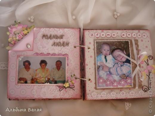 Вот такой подарок сделала на годовщину свадьбы знакомой. Альбом на 5 разворотов, размер 21х21 см. Обложка мягкая, из ткани. фото 7