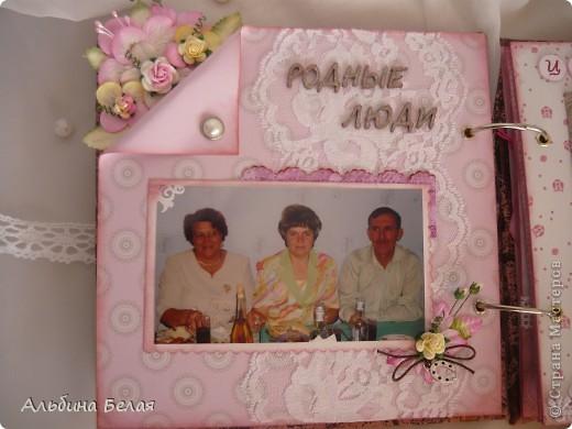 Вот такой подарок сделала на годовщину свадьбы знакомой. Альбом на 5 разворотов, размер 21х21 см. Обложка мягкая, из ткани. фото 8