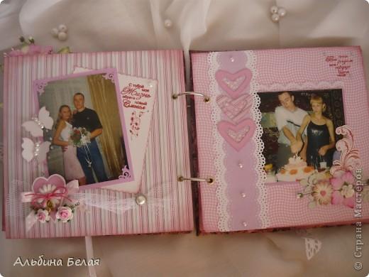 Вот такой подарок сделала на годовщину свадьбы знакомой. Альбом на 5 разворотов, размер 21х21 см. Обложка мягкая, из ткани. фото 12