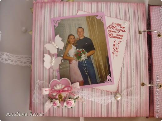 Вот такой подарок сделала на годовщину свадьбы знакомой. Альбом на 5 разворотов, размер 21х21 см. Обложка мягкая, из ткани. фото 13