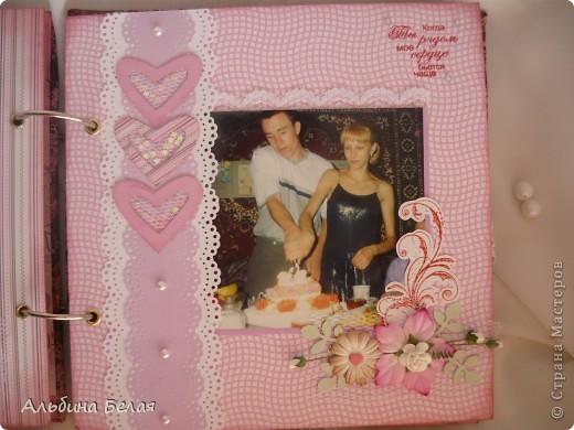 Вот такой подарок сделала на годовщину свадьбы знакомой. Альбом на 5 разворотов, размер 21х21 см. Обложка мягкая, из ткани. фото 14
