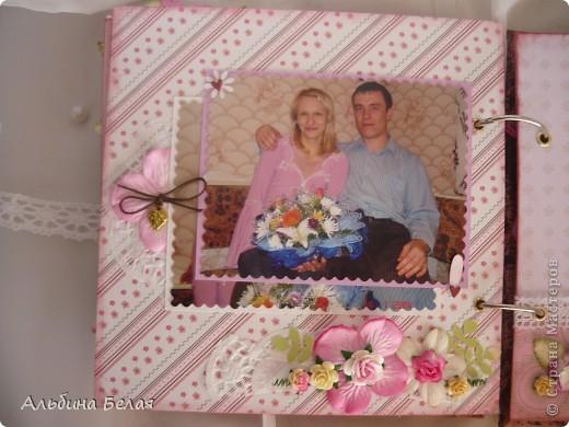 Вот такой подарок сделала на годовщину свадьбы знакомой. Альбом на 5 разворотов, размер 21х21 см. Обложка мягкая, из ткани. фото 16