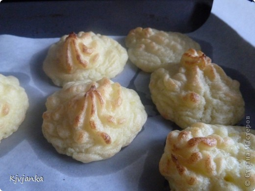 Готовим обычное пюре, потом добавляем 1 яйцо и сыр-крем, берем шприц кондитерский и выдавливаем картофельные пироженки. Запекаем в духовке до золотистого цвета. Подаем горячими с котлетками или гуляшиком. Приятного аппетита! фото 1