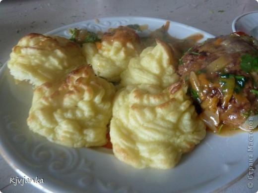 Готовим обычное пюре, потом добавляем 1 яйцо и сыр-крем, берем шприц кондитерский и выдавливаем картофельные пироженки. Запекаем в духовке до золотистого цвета. Подаем горячими с котлетками или гуляшиком. Приятного аппетита! фото 2