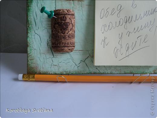 Очень хотелось на свой день Рождения немножко удивить своими подарками всем своим коллегам по работе. Задумала сделать что-то полезное в быту и с моим любимым декупажем. Вот что из этого получилось. Не всегда дома есть под рукой бумага и карандаш (ручка) чтобы быстро что-то написать или оставить сообщение. А здесь все гармонично: блок для записи, карандаш, да и как ключницу можно использовать.  фото 2