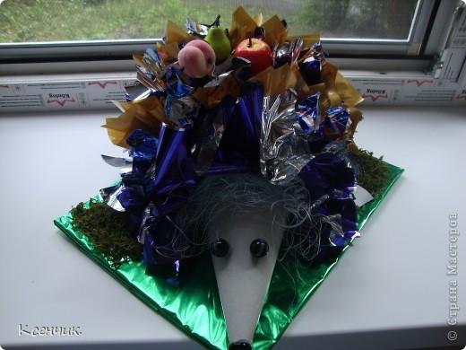 Ёжик из конфет фото 1